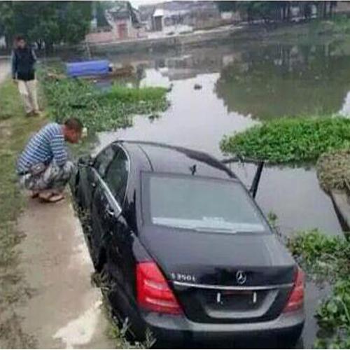 汽车陷入泥泞救援