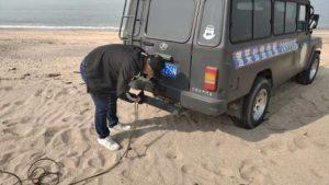 轿车陷进沙滩